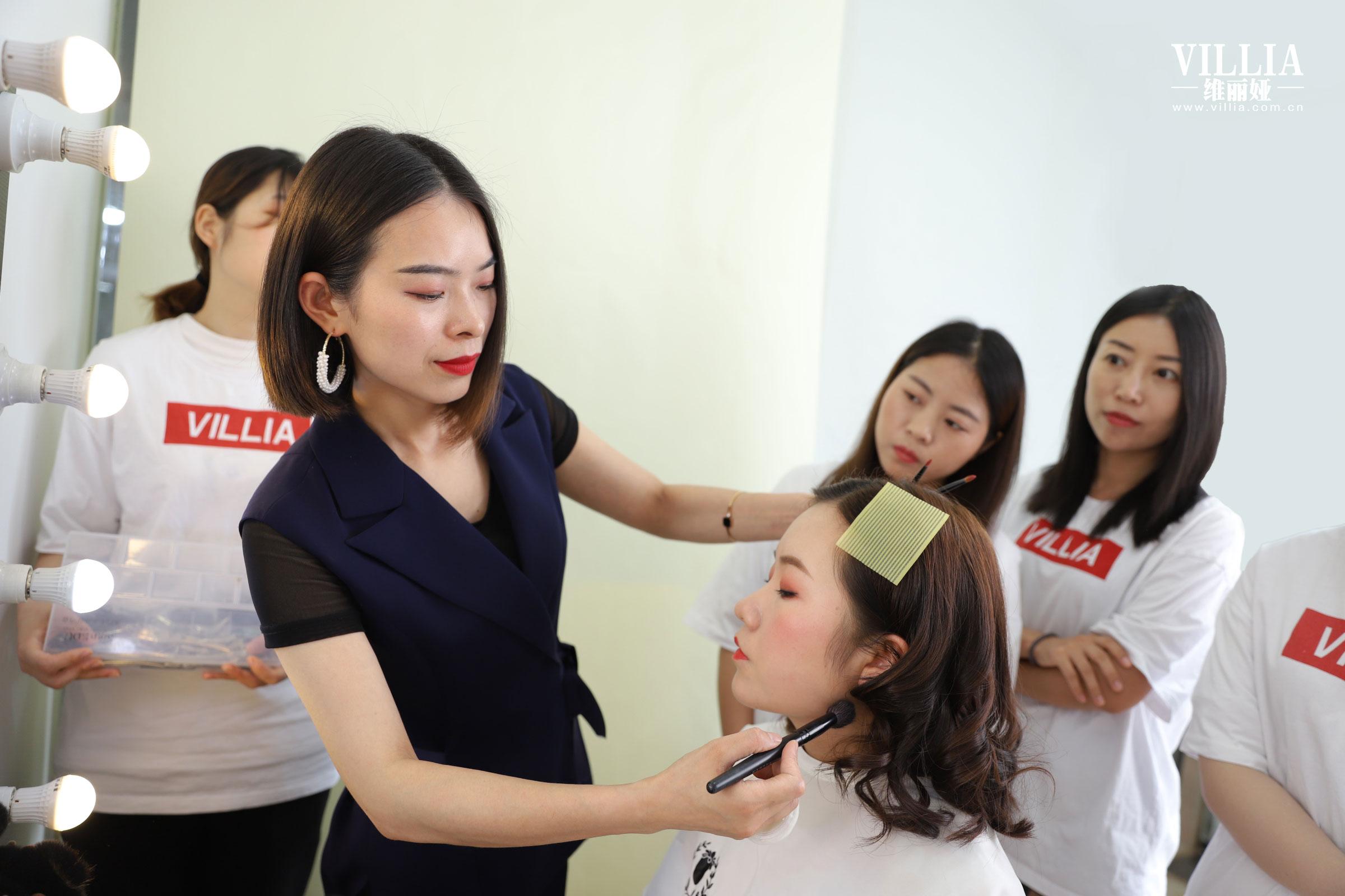 学化妆大概要学多久?能学到什么程度,能就业吗?